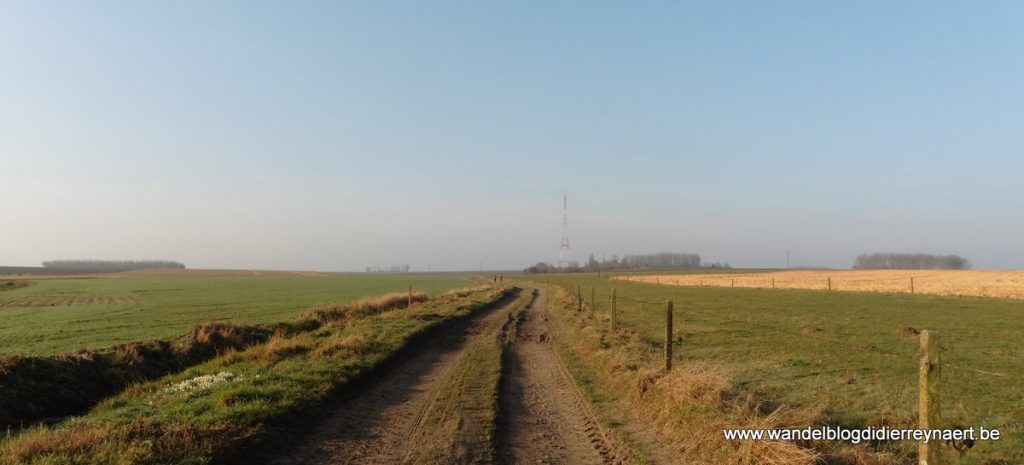 veldweg met op de achtergrond de zendmast van Froidmont