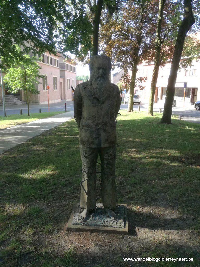 standbeeld kunstschilder Edmond Verstraeten in Sombeke