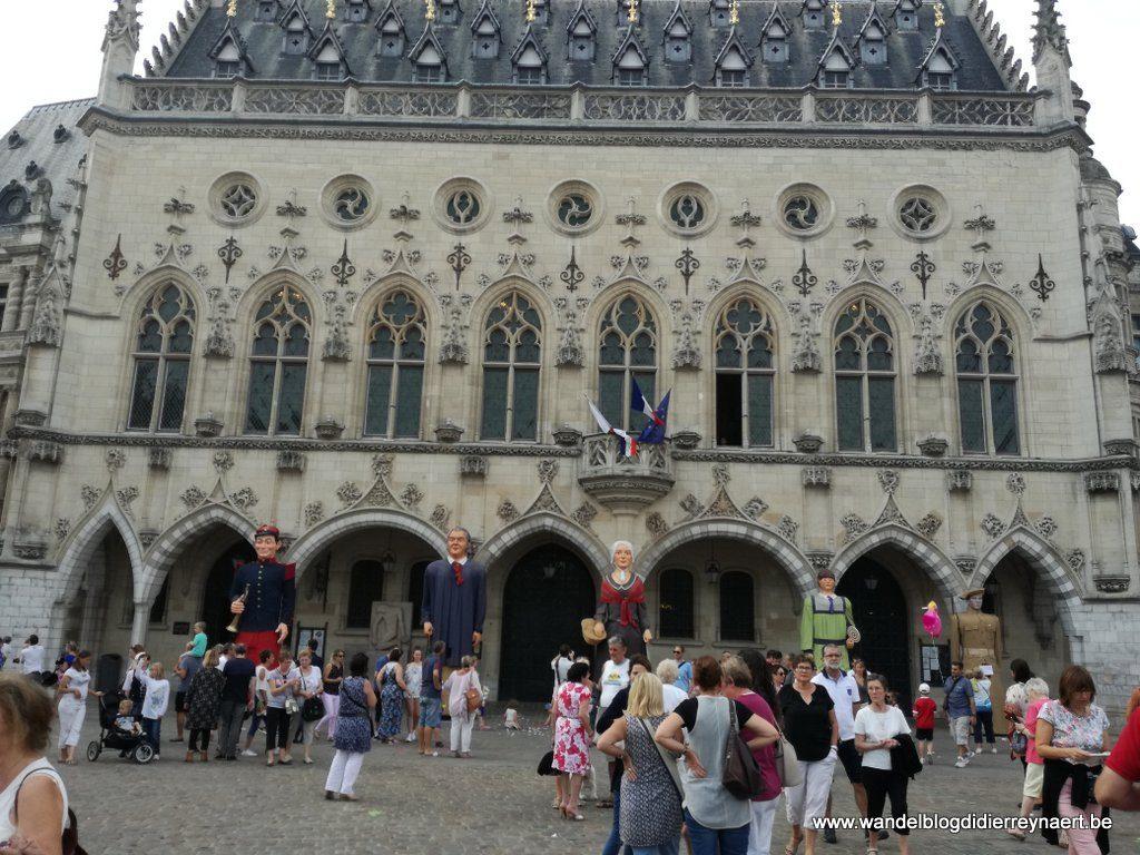Reuzen voor het stadhuis van Arras