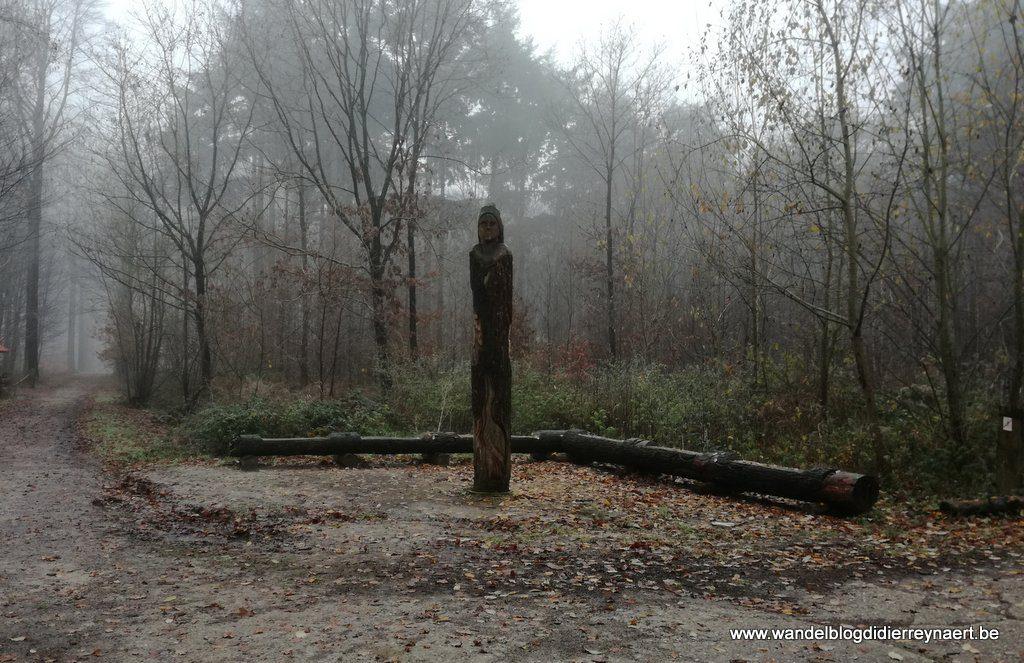 houtsculptuur in het Wijnendalebos