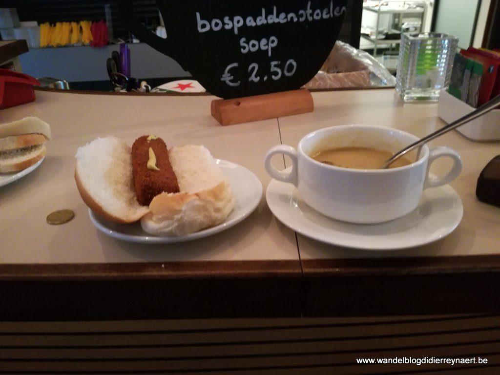 Bospaddenstoelensoep en broodje kroket