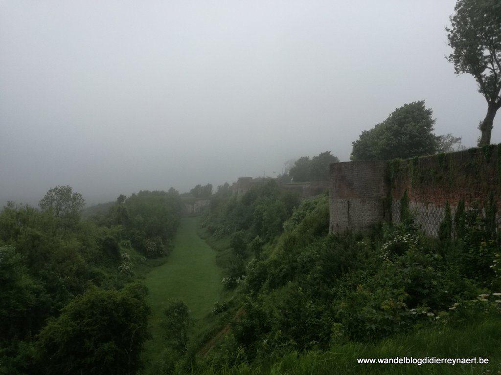 de vestingen van Montreuil-sur-Mer in mist gehuld
