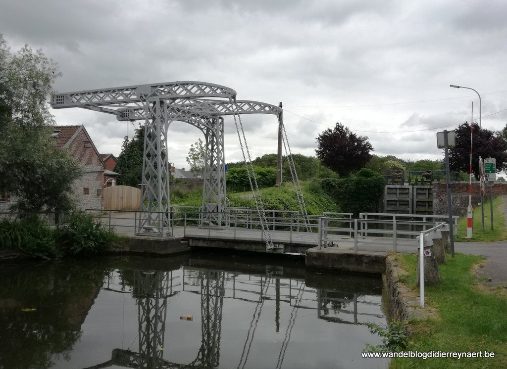 ophaalbrugje langs kanaal Ath-Blaton